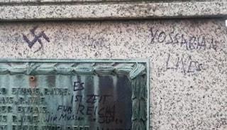 Svastiche e insulti antisemiti sul monumento ai caduti in guerra, shock in Gran Bretagna