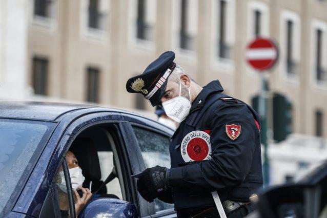Va dai carabinieri per denunciare lo smarrimento del cellulare ma è ricercato e viene arrestato