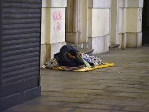 Via i clochard da Torino: in 7 allontanati dalla polizia, gettati via cartoni e materassi