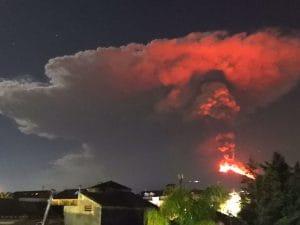 Etna, spettacolo nella notte: getti di lava alti 1.000 metri e nube di cenere sul vulcano