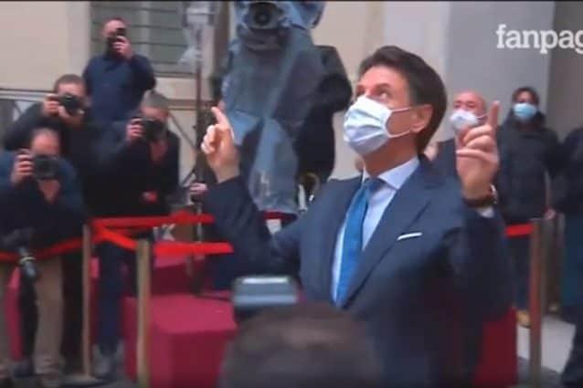 Conte lascia Palazzo Chigi tra gli applausi: standing ovation dalle finestre