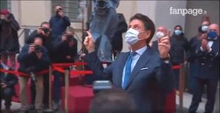 Conte lascia Palazzo Chigi: i dipendenti lo salutano con un lungo applauso dalle finestre