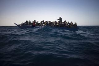 """Migranti, 110 persone in pericolo nel Mediterraneo. Alarm Phone: """"Le hanno riportate indietro"""""""