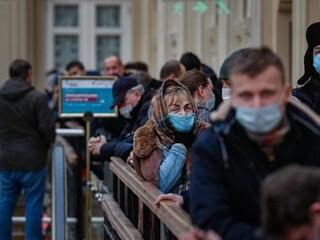 Covid Russia, 820 morti nelle ultime 24 ore: è record. E la gente non vuole più vaccinarsi