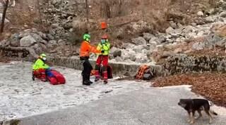 Ferito durante escursione, sopravvive per 7 notti al gelo in montagna assistito dal cane