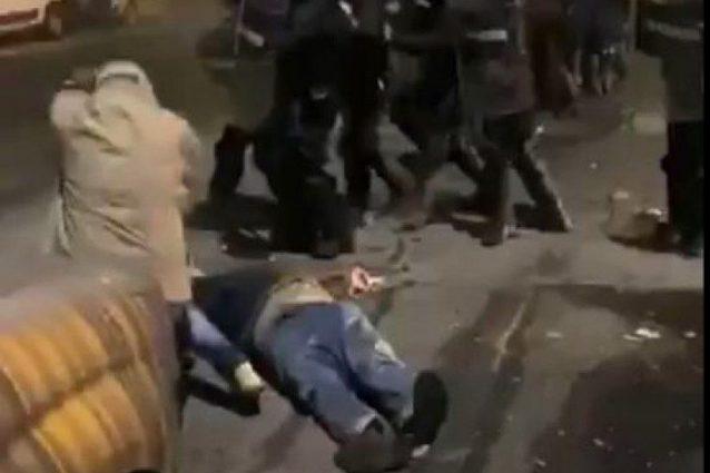 Agenti anti sommossa picchiano lavoratori logistica in sciopero: feriti a terra, nessuno li soccorre