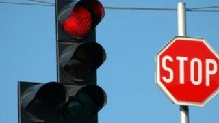 Torino: sedicenne in auto passa quattro volte col semaforo rosso, 6000 euro di multa