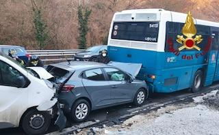 Maxi tamponamento sulla Salaria, coinvolto bus Cotral pieno di studenti: due feriti