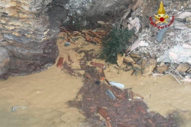 Il cimitero di Camogli frana in mare: duecento bare finiscono in acqua
