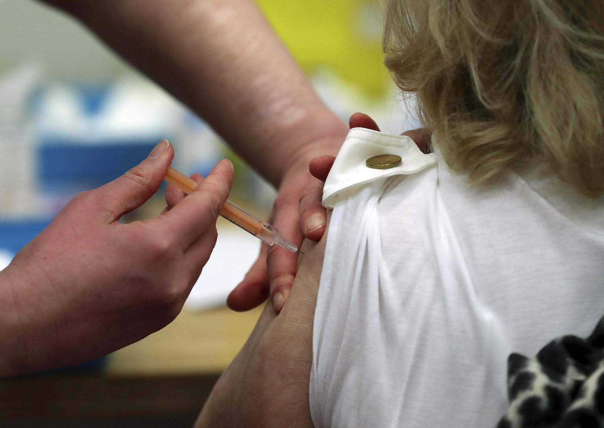 Vaccino AstraZeneca a docenti e ATA, primi effetti collaterali: quali sono?