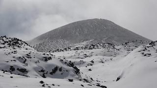 Il lato oscuro dell'Etna: spettacolari eruzioni, ma sullo sfondo cumuli di immondizia