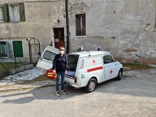 """La dottoressa Lucia e i vaccini con la 500 d'epoca del papà medico: """"Mi accompagna lui"""""""