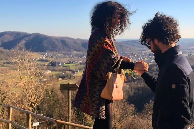 una foto di coppia da Facebook dei due fidanzati insieme nella vita di tutti i giorni