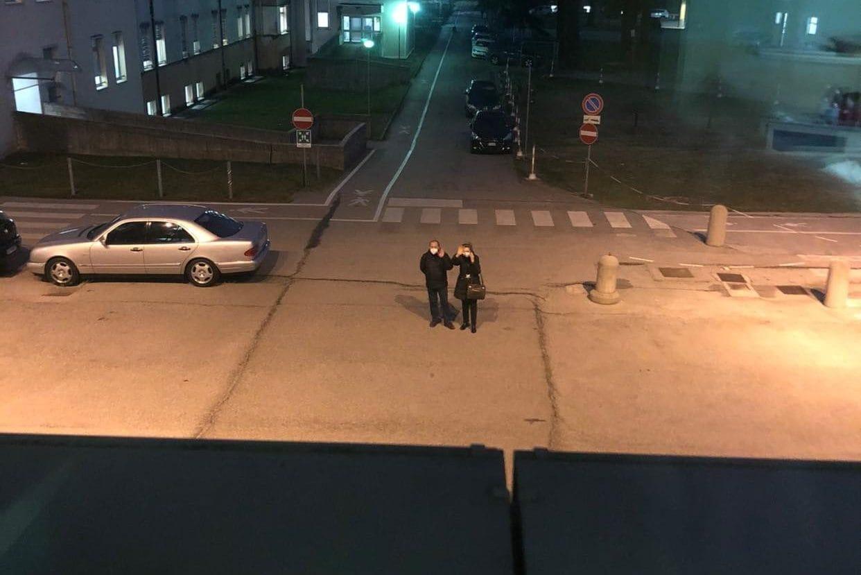 Anche gli zii vanno a trovare Giulia guardandola dalla finestra: la ragazza ha immortalato il momento con una foto sui social