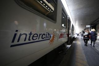 Pescara, neonato ha fretta di nascere: mamma partorisce a bordo di un Intercity notte