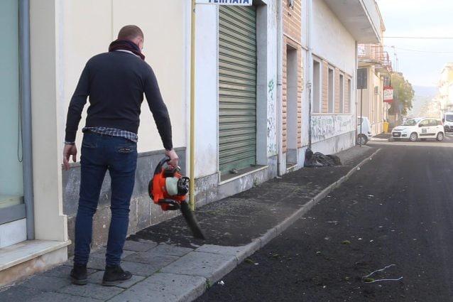 """Giarre coperta dalla cenere dell'Etna, i cittadini ripuliscono le strade: """"Chiediamo aiuto"""""""