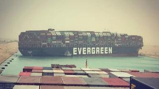 Canale di Suez, portacontainer finisce di traverso e blocca il traffico marittimo