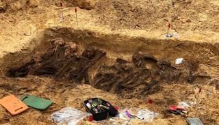 """Fossa comune con 29 corpi di adulti e bimbi, la macabra scoperta in Polonia: """"Vittime dei nazisti"""""""