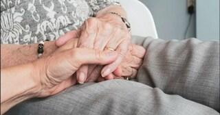 Terni, coppia positiva al Covid isolata in casa: lei muore, lui invalido non riesce a chiedere aiuto