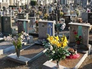 Si appoggia a una lapide e cade dentro la tomba: ferito un bambino