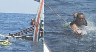 La nave affonda con i gattini a bordo, militare della Marina si tuffa e li salva tutti a nuoto