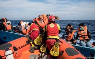 Migranti, la barca dei bambini è stata salvata dalla ong Open Arms