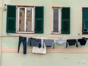 Lucca, bimba di 3 anni cade dalla finestra e fa volo di 4 metri: salvata dai fili stendipanni