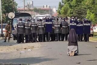 La foto di una suora in ginocchio davanti alla polizia diventa il simbolo delle proteste in Myanmar