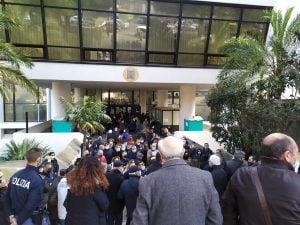 Vaccini Covid Reggio Calabria, terminano le dosi Pfizer: caos con anziani assembrati dall'alba