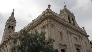 """Vaccini in chiesa, in coda con gli anziani in Sicilia per Astrazeneca: """"Siamo felici"""""""