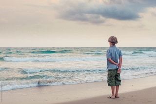 Bari, un 14enne affetto da autismo è stato picchiato mentre giocava in spiagga