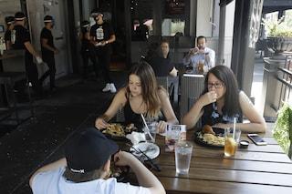 Da oggi ok a pranzi e cene nei ristoranti all'aperto: le nuove regole