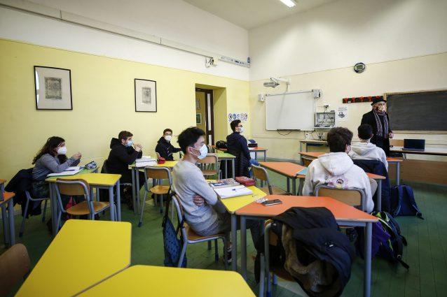 Scuola riparte in presenza, il piano per settembre: no a test, restano distanziamento e mascherine