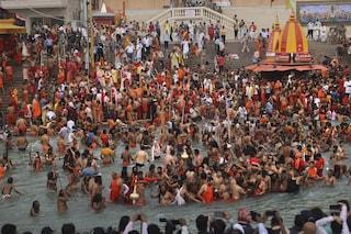 Record di casi Covid in India ma migliaia vanno alla festa indù senza mascherine né distanziamento