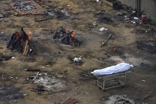 Tsunami di casi Covid in India, le strade delle città si trasformano in crematorio a cielo aperto