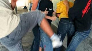 """Insulti e pugni dal branco davanti ai prof, la scritta """"spastico"""" sulla schiena: 15enne si rifiuta di tornare a scuola"""