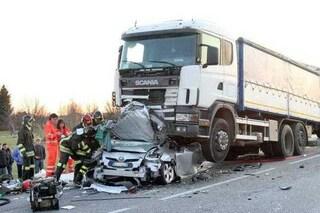 Brasile, auto schiacciata come una lattina tra due camion: intera famiglia distrutta, anche 2 bimbe