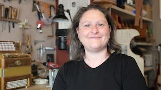 """Francesca, l'unica donna in Italia a creare fisarmoniche a mano: """"L'Italia si affidi a noi artigiani"""""""