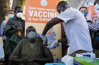 """L'OMS ai paesi africani: """"Non distruggete i vaccini Covid scaduti, potrebbero funzionare ancora"""""""