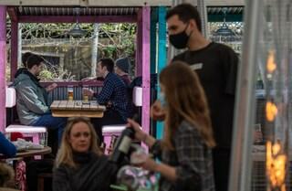 Nel Regno Unito riaprono i pub all'aperto: grande festa dopo l'allentamento delle misure anti Covid