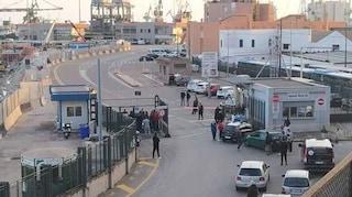 Taranto, cade mentre carica una pala eolica su una nave: muore operaio di 49 anni