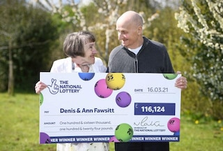 Dimentica gli occhiali, vince 133mila euro alla lotteria: la storia di Denis, nonno fortunato