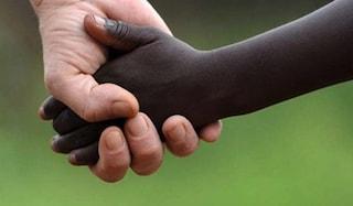 Adottano due bimbi stranieri, scritte razziste sul furgone della coppia a Pisa
