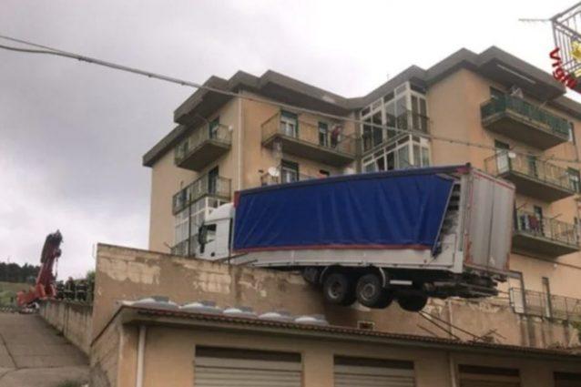 Camion in bilico su un tetto minaccia una palazzina: evacuate sei famiglie