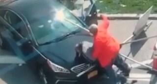 Uomo spara e uccide la sua fidanzata in strada, lui lo investe con l'auto e lo massacra