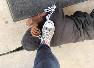 Col piede sul collo dell'alunna afroamericana nel giorno della condanna di Derek Chauvin: maestra sospesa