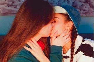 """""""Siete lesbiche, dovreste bruciare"""": insulti alla coppia gay su Instagram per il 25 Aprile"""