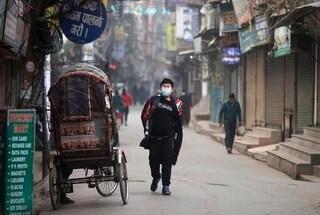Anche il Nepal in ginocchio per la variante indiana: contagi cresciuti in modo esponenziale