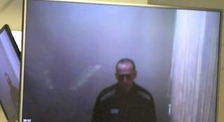 """Navalny torna in aula per una nuova udienza: il carcere lo ha reso uno scheletro. """"Ha perso 22 chili"""""""