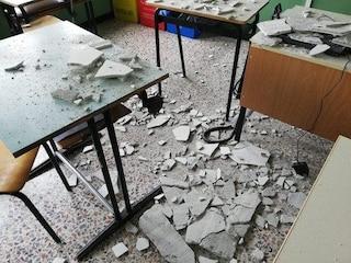 Novara, crolla intonaco dal soffitto di un'aula a scuola: sfiorato docente, alunni salvati dalla Dad